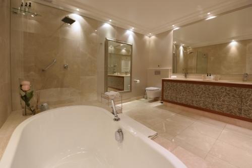 4.Superior suite 17 bathroom