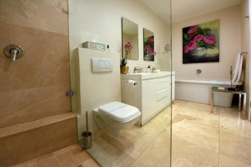 2.Superior-suite-11A-bathroom